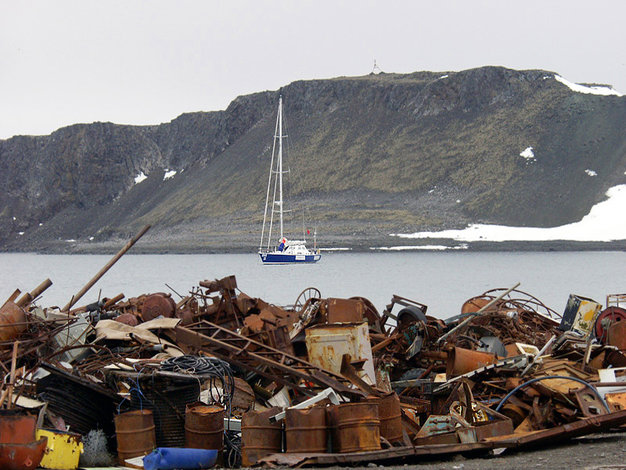 Mission Antarctic clears the beach of 1,000 tons of scrap in Antarctica